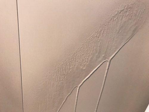 激泡バスクリーナーを壁に吹き付ける