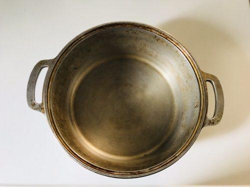 使い込んで茶色に変色した無水鍋