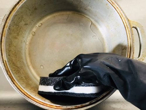 無水鍋をナイロンたわしでこする