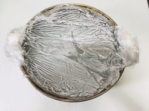 オキシクリーンを張った無水鍋にラップをかける