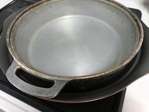 大きい鍋で無水鍋をクエン酸で煮る