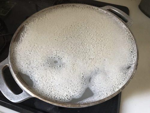 無水鍋でコメのとぎ汁を沸かしている