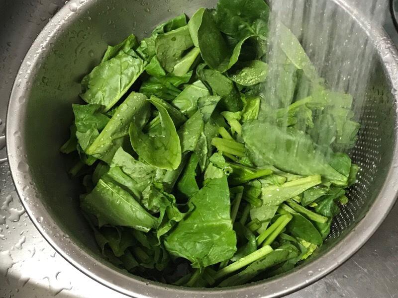 藤井器物製作所の3WAY水切りボウルで小松菜を洗うところ